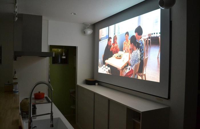 スクリーンで観る映画はやっぱり味わいがありますよね。お家でシネマ最高です!白い壁にマッチした白いスピーカーは圧迫感のないコンパクトサイズなのも良いですね。角度の調整もできるので届けたい位置に音を集めて、よりリアルな音を楽しめるようです。