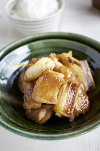 ドリンクやデザートだけでなく、おかずにも使えるのが梅酒の魅力。こちらは梅酒と醤油だけで味付けする梅酒煮のレシピです。柔らかなお肉ととろっとした長ネギが絶品ですよ!