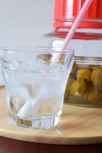 梅シロップは、通常作ってから飲めるまで1週間以上かかります。しかし炊飯器を使えば、8時間の保温でOK!すぐに飲めますし、保存容器に入れ替えれば保存している間にエキスが抽出されます。普通の砂糖で作れるので、手軽に作れますよ。