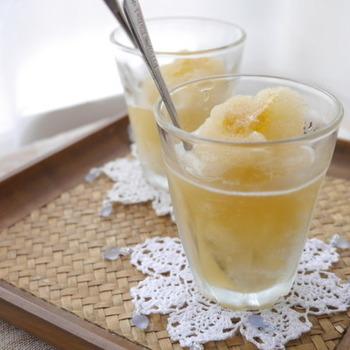 こちらもシンプルに、梅シロップと氷、はちみつだけで作れるレシピ。材料を全てミキサーにかけるだけで、食べても飲んでも美味しいシャーベットドリンクに。