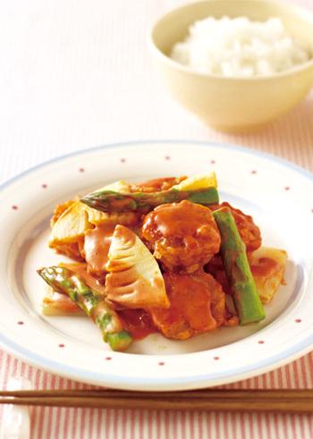冷凍食品のからあげチキンをアスパラやたけのこと一緒に、オーロラソースで炒めるだけ。コチジャンでピリ辛にすることで、ご飯によく合う味になります。
