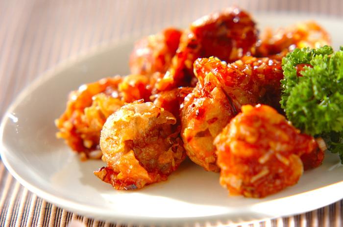 冷凍シューマイをチリソースでささっと炒めれば、あっという間に中華風のボリュームおかずに。冷凍シューマイの他に必要な材料は白ネギやショウガなどの薬味と調味料だけなので、いつでも作れてお手軽。ご飯が進む、覚えておきたいレシピです。