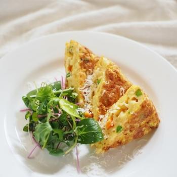 ミックスベジタブルが彩りになる、シンプルなオムレツのレシピ。マカロニを加えることで、ボリュームのあるおかずになります。簡単なので、朝食やおつまみにも良さそうですね!