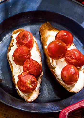 ななめにスライスしてしっかりトーストしたバゲットに、クリームチーズと焼きプチトマトをのせただけ。シンプルなのに、まるで完成された1つの料理のようです。