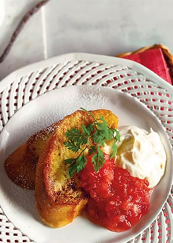じっくり卵液を染み込ませたフレンチトーストに、コトコト煮込んで作ったコンフィチュールと生クリームを添えれば、本格的なデザートの出来上がり。前日に仕込んでおけば、忙しい朝でも楽しめますよ。