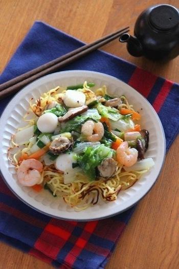 魚介たっぷりのあんかけは手間がかかりそうですが、シーフードミックスを使えばグッと手軽に。固焼きそばが無くても、中華麺をフライパンで焼いて作ることができますよ。