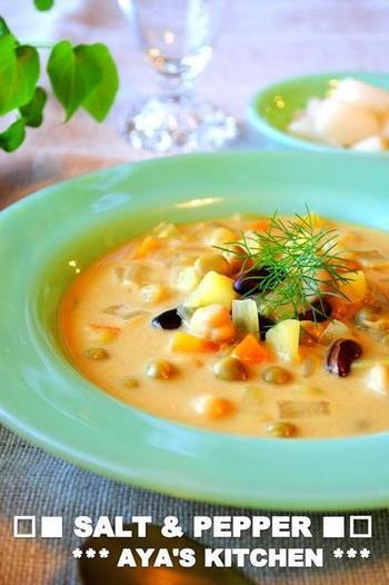 ミックスベジタブルメインで作れる、スープカレーのレシピです。ココナッツミルクを使っているので、まろやかな辛さに。