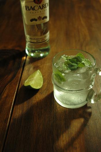用意するのはホワイトラム・ガムシロップ・炭酸水・ライム・ミント。 グラスをあらかじめ冷やしておくと、キーンと冷たいモヒートが楽しめます。