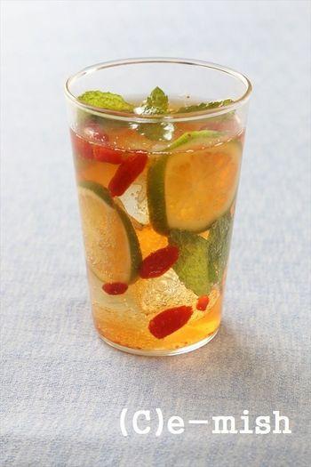スーパーフードとして人気のゴジベリー(クコの実)を使ったレシピ。赤い小さな実が浮かんで、見た目にも楽しいノンアルコールカクテルです。