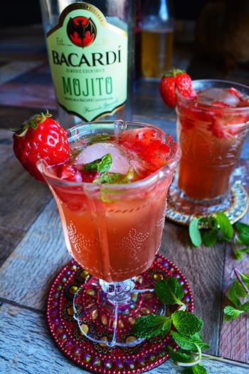 ザクロ酢の酸味が効いた、低アルコールカクテル。淡い赤色や浮かべたイチゴで、かわいく仕上がるモヒートです。