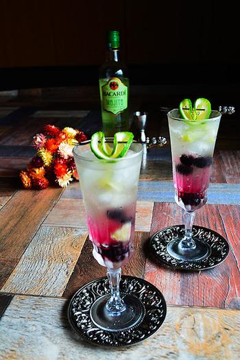 冷凍ブルーベリーとライムでできた、ルビー色と淡いグリーンの2層がきれい!飲み残した白ワインがあればぜひ作ってみたいですね。