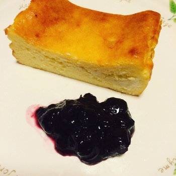 白ワインと合うスイーツと言えばチーズケーキ。ワインと相性の良いパルミジャーノを使ったチーズケーキは大人のスイーツタイムにピッタリ。甘さは控えめなので、お好みでジャムなどを添えてお召し上がりください。