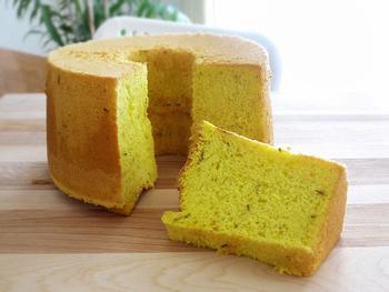 サフランの黄色がとてもきれいなシフォンケーキ。甘さも控えめです。タイムの香りが白ワインとの相性も抜群。豆乳を加えるとしっとりとした柔らかい生地になるそうなので、ぜひお試しください。