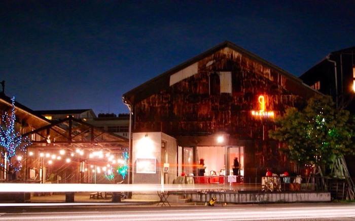 北浜アリーは、港の倉庫や空き家を改装して誕生した、商業施設です。瀬戸内海に面しているため、雰囲気は抜群!高松のおしゃれなショッピングを楽しめる場所として、観光客にも人気となっています。