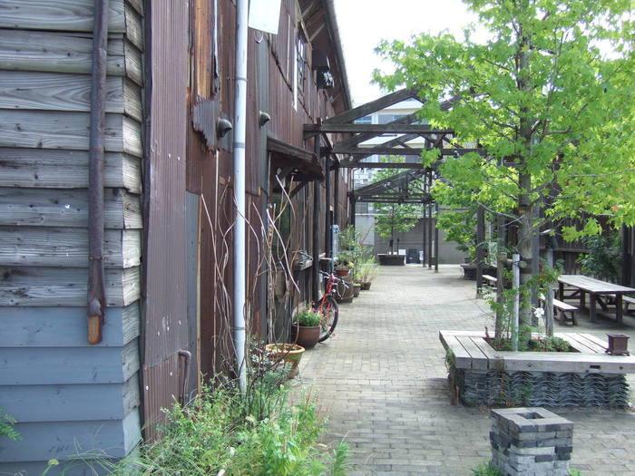 北浜アリーのアリー(alley)は、路地裏という意味。港町にあるような、錆びた建物が隠れ家のような雰囲気を出しています。