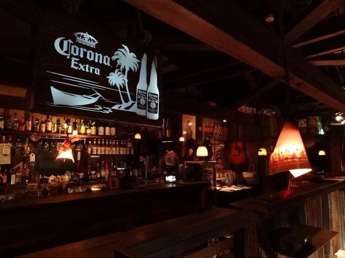 ノスタルジーを感じる店内は、なんだかどこか外国の港町に来たような、そんな不思議な感じがするカフェ&バー。こちらもライブイベントを開催!通常のライブハウスとは違い、とってもムーディーな中、音楽とおいしい食事を楽しめるなんて素敵です。  店内の窓からは、高松港と女木島、男木島、直島などの瀬戸内の多島美を一望できるんだそう。
