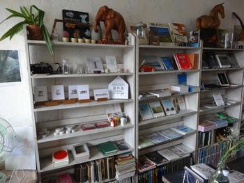 古道具・古書・新刊のアート本・写真集の販売買取・展示企画イベント・カフェなど、魅力的なものがたくさん詰まった店内。瀬戸内に関する本や、古道具がセンス良く並びます。