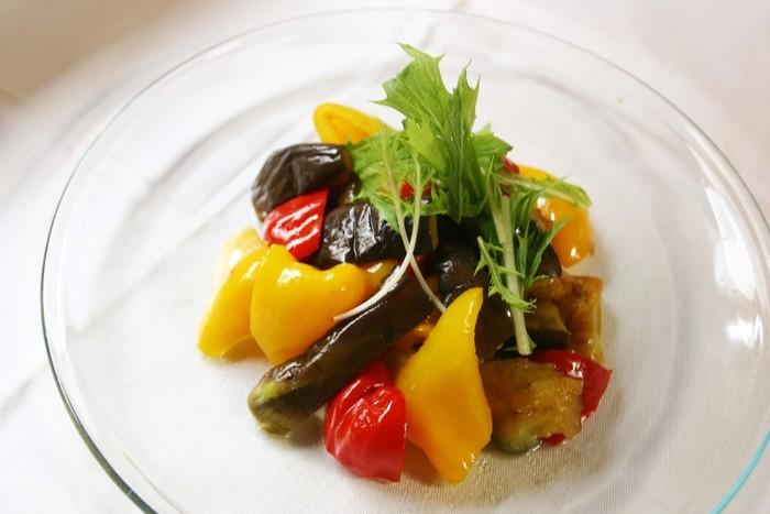 夏野菜とニンニクを炒めて、最後に煎り酒をまわしかけるだけ。ほんのりと梅の香りがして、爽やかなおいしさ。食欲がないときにもいただけそうなおかずです。