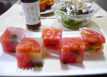 夏のお膳をひんやり彩る、美しい寒天寄せ。煎り酒を使った寒天液に、トマトと紫蘇を閉じ込めて。見た目にも涼やかですね。