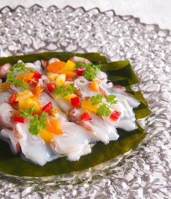 お刺身にぴったりの煎り酒は、もちろんカルパッチョにもおすすめ。白身魚やタコなどの魚介に、ほんの少しニンニク風味をつけた煎り酒のドレッシングを。パプリカの色彩も鮮やかですね。