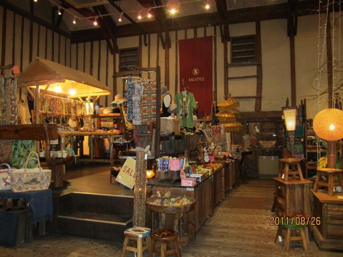 エスニック系の雑貨が豊富な「RAG-STYLE(ラグスタイル)」。可愛いアクセサリーや個性的な木彫りなど、見ているだけで楽しくなるお店です。