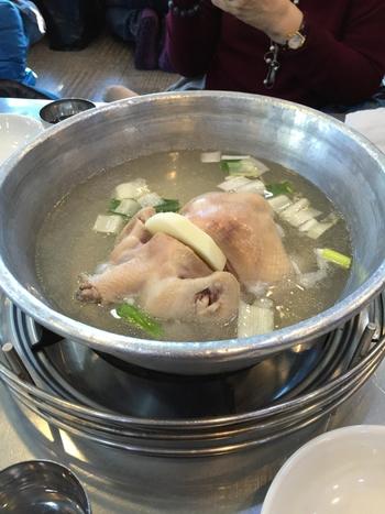 こちらはミシュランガイドにも掲載された有名なお店です。水炊きに似た韓国料理「タッカンマリ」は日本人の口に1番合うと言われている韓国料理です。シンプルな料理だからこそ味の違いが大きく出ます。