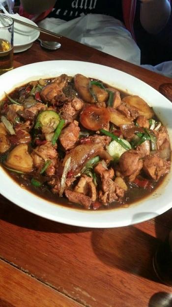 醤油ベースの甘辛いソースでご飯が進みます。初めからご飯注文してもいいのですが、シメに残ったソースにご飯を混ぜて食べるのが韓国流です。しっかり味のしみた鶏肉、野菜、春雨が美味しいです。