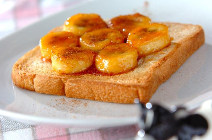 こちらもシンプルだけど間違いなくおいしい、王道のキャラメルバナナトースト。スライスしたバナナをキャラメル状にした砂糖に絡めて、トーストした食パンにのせるだけ。甘いトロトロバナナとカリカリのキャラメルは、トーストにぴったりです。