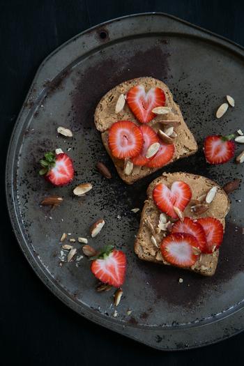 ピーナツバターをぬったトーストに、いちごをのせただけ。とてもシンプルなのに、まるで海外のカフェでいただくスイーツのような1皿です。生のいちごがない時は、ジャムでもおいしくいただけますよ。