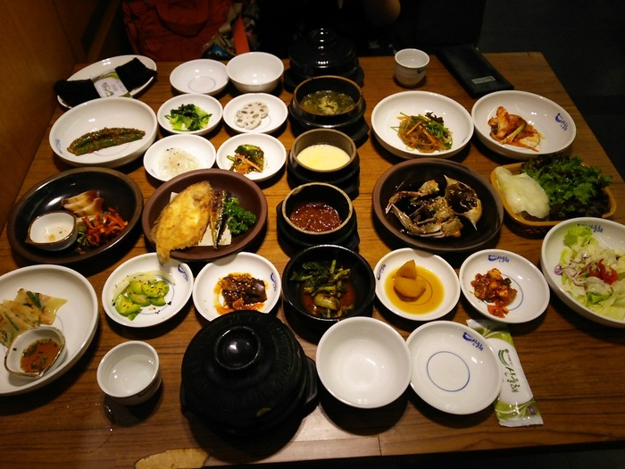 韓定食と言えば机の脚が折れるほどの料理。観光客向けの韓定食は結構高いのですが、こちらは比較的リーズナブルなのに美味しいんです。もちろんおかずのおかわりもできます。韓国人にも人気で食事の時間帯は待っている人も沢山。
