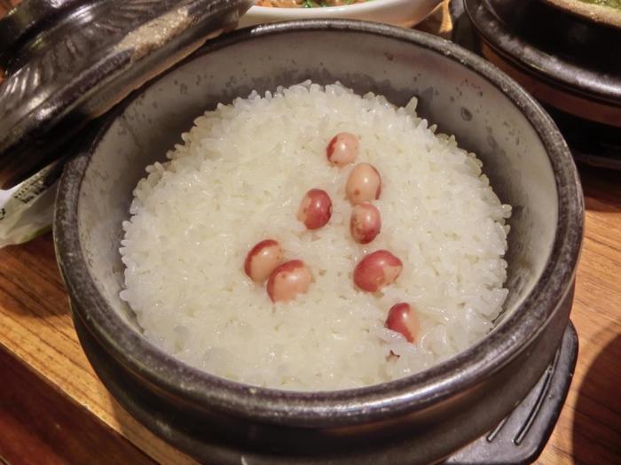 また、ここのお店では石釜で炊いたご飯が出てきます。お米にもこだわっていて、利川米を使っています。石釜のご飯をお茶碗によそったら、その石釜にお湯を入れて蓋をするとヌルンジ(おこげ)ができます。ヌルンジは素朴な味で美味しいですよ。