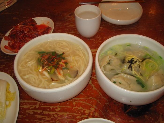 サゴルソンカルグクス(田舎手作りカルグクス)とワンマンドゥグク(特大餃子スープ)。あっさりとした味で美味しいですよ。