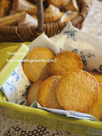 少し塩気のあるザクザク食感のクッキーはココナッツオイルを使って焼いています。スパイスの香りが効いて、赤ワインによく合いますよ。作り置きしておいても良さそうですね。