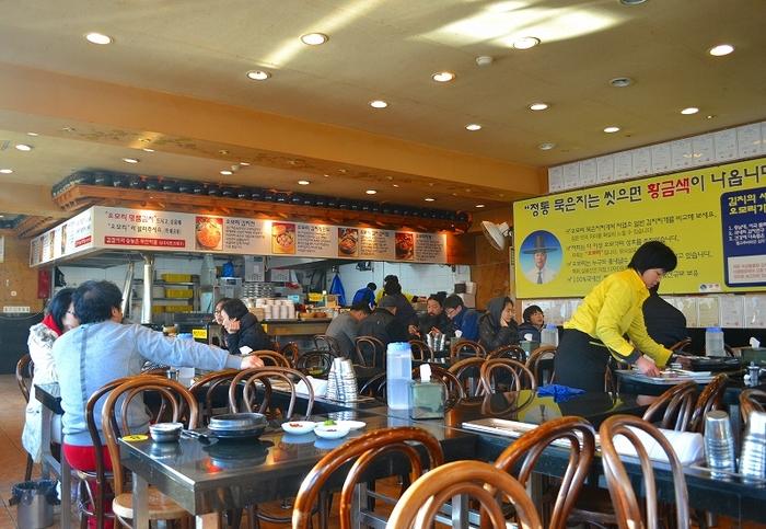 いつも地元の人で賑わっている人気店。キムチも美味しいと有名です。