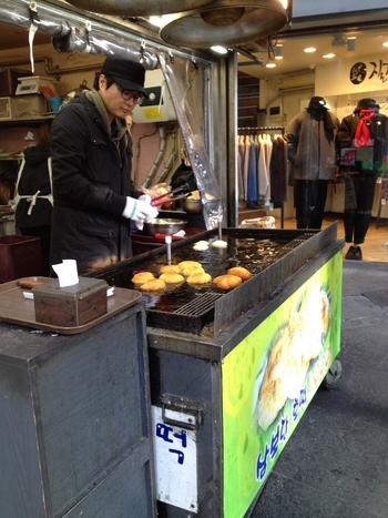 韓国を代表するおやつホットク。ホットクはお店によっても全然味が違います。こちらのお店は韓国人だけでなく外国人にも人気です。