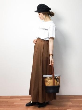 ロングスカートにロゴTをボトムインした着こなし。ブラウンやブラックの重ためカラーに、白いロゴTが軽くスッキリさをプラスしてくれています。足長効果抜群♪