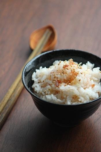 梅干と生姜の組み合わせが食欲をそそる、夏の炊き込みご飯です。使う梅干しの塩分や大きさによって塩気が左右されるので、最初は控えめに入れ、炊き上がった後に梅を加えると良いそうですよ。