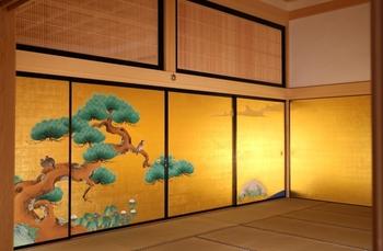 本丸内部には、このような眩しく輝く金箔に美しい景色が描かれています。日本画史上最大の画派「狩野派」の絵師、狩野貞信や狩野探幽により、部屋ごとに異なる題材で描かれた床の間絵や襖絵などが豪華絢爛に彩られていました。