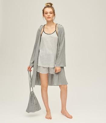こちらはキャミ、ショートパンツ、ガウン、巾着バッグの4点セット。 おそろいの巾着バッグがあるので、旅行にぴったりです。 プレゼントにも喜ばれそう!