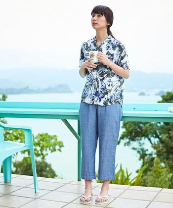 アロハシャツ+パンツの組み合わせがとびきり爽やかなセット! お部屋でくつろぐのにぴったりのデザインです。 身幅のゆったりしたシャツでくつろいで。