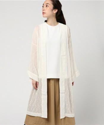 刺繍入りの生地が女性らしいこちらのガウンは、透け感があって軽いイメージ。 シルエットもゆったりしているので、さっと羽織るのに便利です。