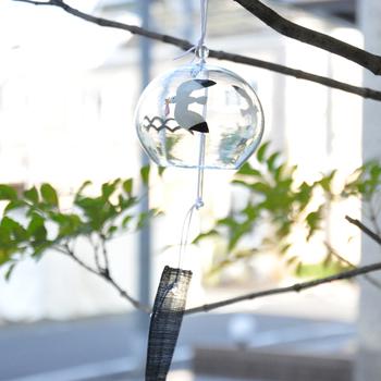 日本の夏の窓辺と言えば、やはり風鈴。東京都の伝統工芸品として指定されている江戸風鈴ですが、現代的な絵柄なので和風以外のインテリアにもなじみやすくなっています。