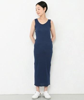 タイトでストレートなシルエットが大人っぽい、タンクトップドレス。 ヘアスタイルもスッキリまとめると、だらしない雰囲気になりません。