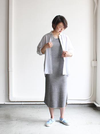 グレーのマキシタンクワンピに、シャツを1枚羽織るだけでお出かけ着に。 これなら買い物やお散歩にも行けそうですね。