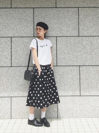 水玉スカートが大人可愛いモノトーンコーデ。すっぽりかぶった帽子や眼鏡などの小物使いで、フレンチテイストの粋なお出かけスタイルに。