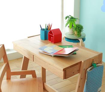 こちらはアルダー材を使用した机です。シンプルな作りながら、サイドにフックが付いていたりと子供のグッズが収納しやすい工夫が施されています。