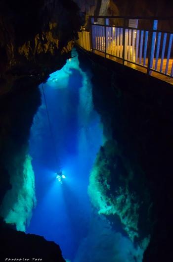 1962年に越智研一郎氏による潜水調査で発見された、水深38mの第二地底湖。こちらも眼下に深い青の色が広がっています。