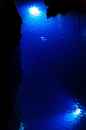 知られている所だけでも洞内は3,600mもあり、そのなかで公開されているのは700m!見所はなんといっても、青い輝きが幻想的な地底湖です。