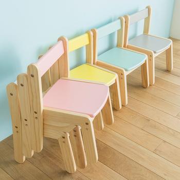 カラフルで優しい色合いが素敵な椅子は子供にぴったりのサイズ。スタッキングもできるので、複数あっても収納スペースに困りません。