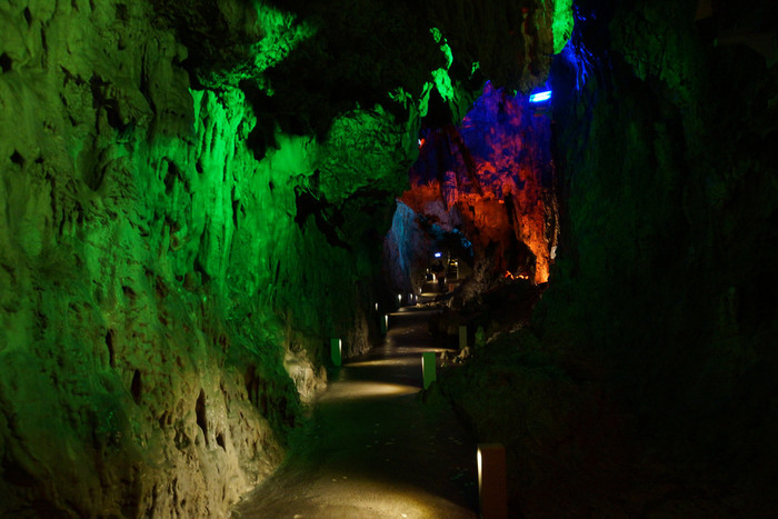 こちらは洞床の鍾乳石が、まるで月の世界を思わせることから「月宮殿」と名づけられています。平成23年にLED照明に改修され、5色の光がより幻想的な雰囲気を醸し出しています。